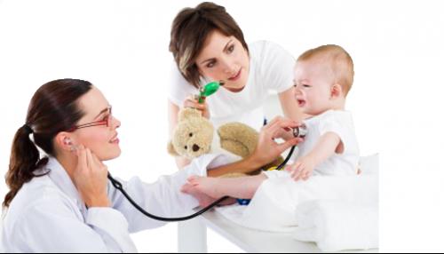 Una pediatra visita un neonato alla presenza della sua mamma