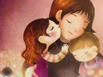 L'amore materno: una mamma abbraccia i suoi due bimbi.
