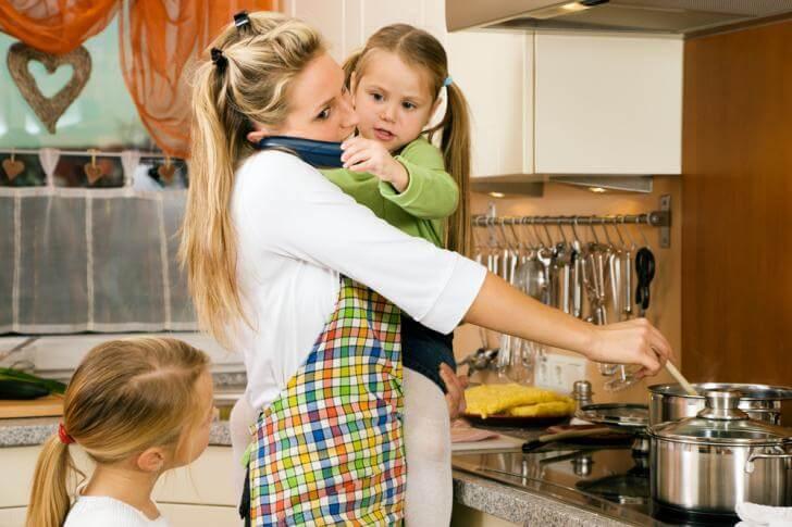 Mamma in cucina: le mamme non vanno mai in vacanza.