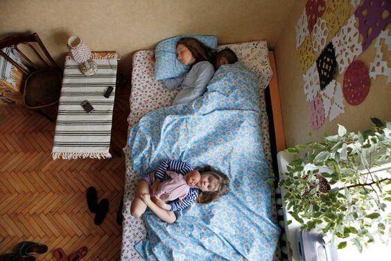Dormire con un bambino è sfiancante? Mamma dorme con i figli.