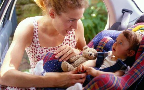 mamma e bimbo sul seggiolino: non far dormire il bebè sul seggiolino auto
