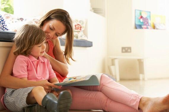 Madre e figlio leggono insieme frasi d'amore.