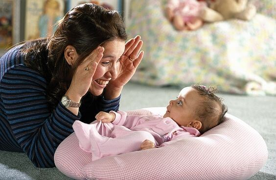 mamma che stimola la bambina