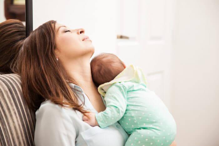 Dormire con un bambino è sfiancante per le donne, ma non per gli uomini