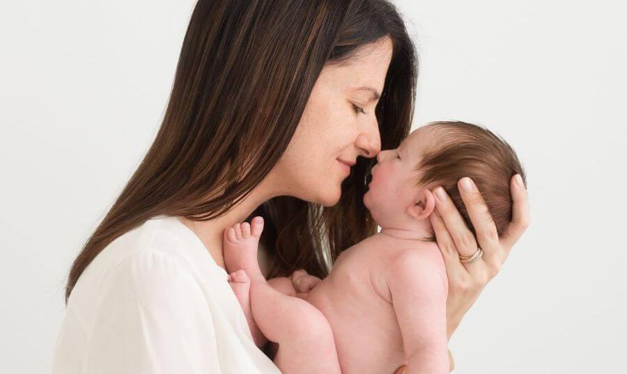 mamma tiene neonato in braccio