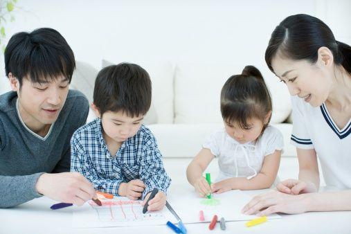 Bambini giapponesi disegnano con i genitori.