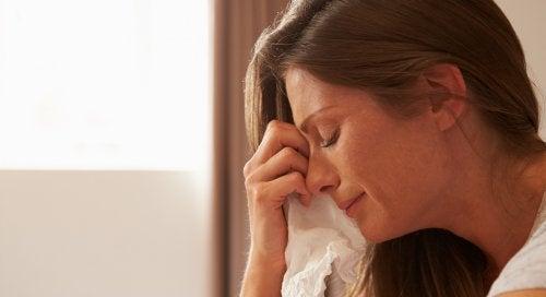 Una donna piange