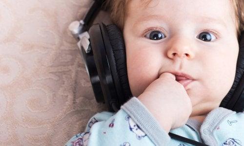Un bimbo ascolta la musica.