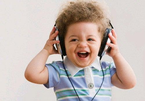 Bambino che ascolta una canzone.