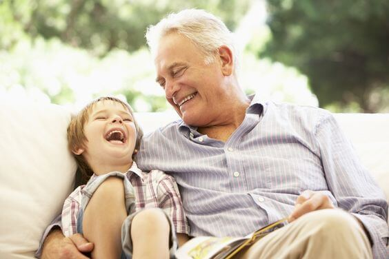 nonno e bambino seduti sul divano