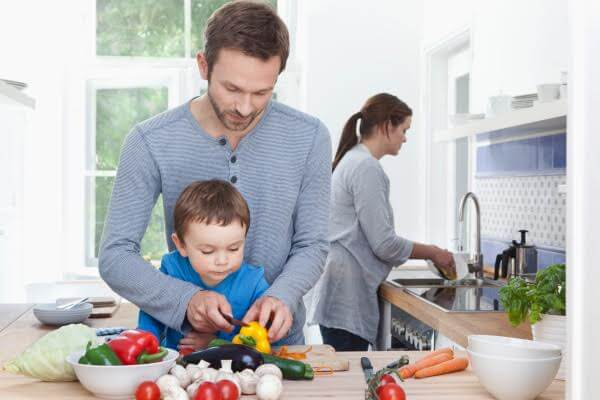 Lavoro di squadra per preparare il pranzo in famiglia.