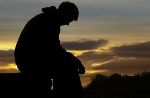 Padre riflette da solo.