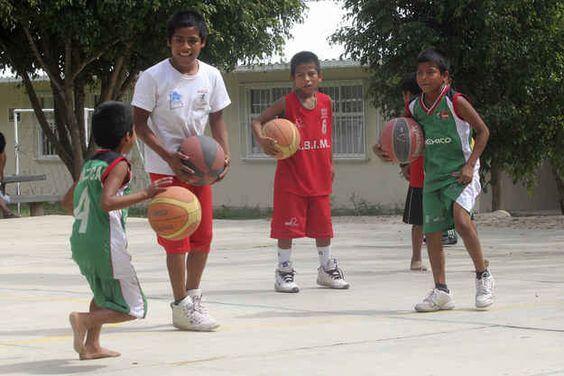 Alcunibambini riescono a stare scalzi anche per giocare a basket.