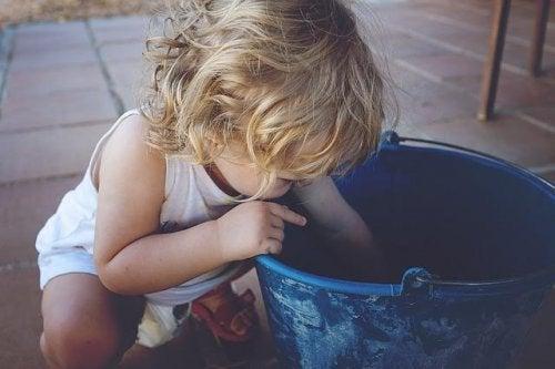 bambino che gioca con il secchio