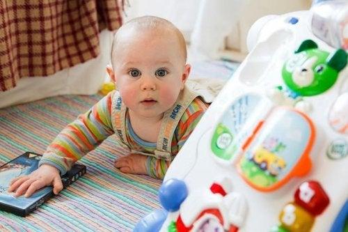 Bambino sdraiato: anche vostro figlio getta tutto a terra?