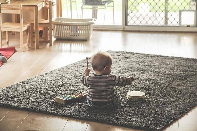 Perché mio figlio getta tutto a terra?