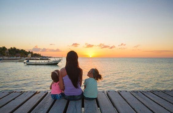 Mamma e figli guardano il mare.