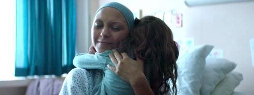 """""""Tua madre mente"""", l'emozionante cortometraggio di Diego Luna"""