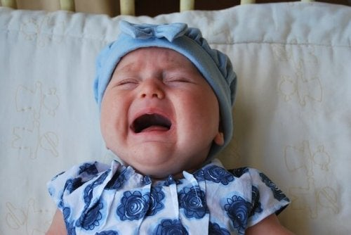 Bambina che piange a causa di una infezione dell'orecchio