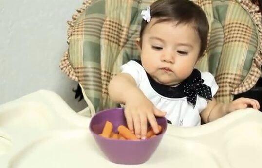 bambina mangia carotine lesse