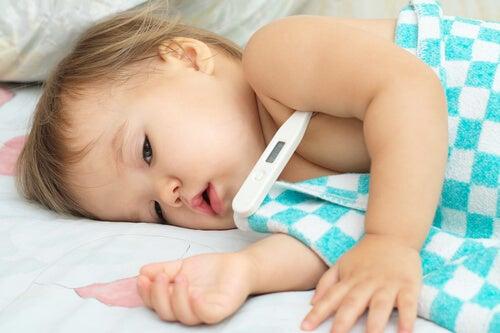 Prendere la temperatura al bambino.