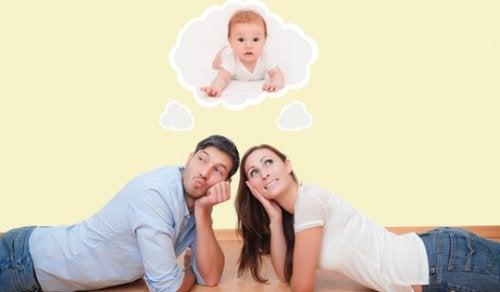Coppia che immagina il loro bambino
