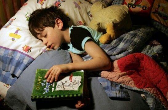 bimbo addormentato con un libro