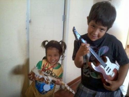 Il figlio maggiore e la figlia minore suonano.