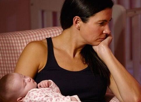 mamma esausta tiene in braccio la figlia