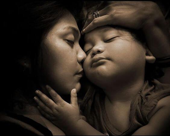 stretto abbraccio tra mamma e figlio