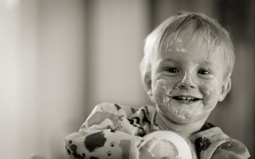 Bimbo sorridente sporco di cibo.