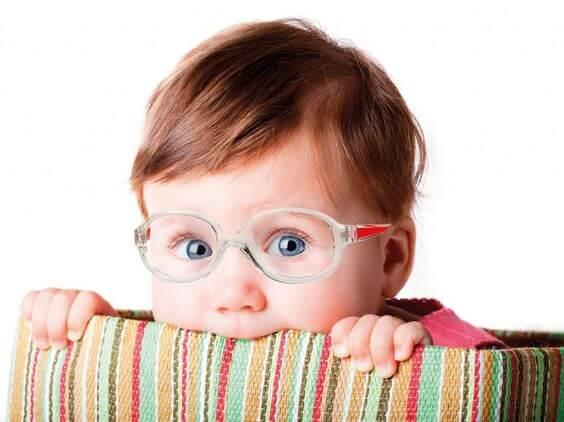 La sorprendente causa della miopia dei bambini