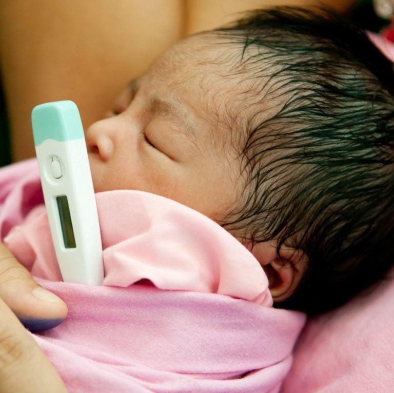 Misurare la febbre al neonato.