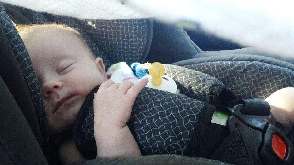 Consigli per viaggiare in auto con un neonato