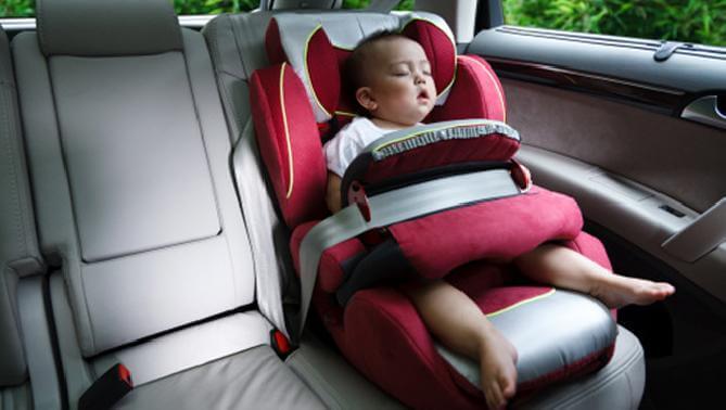 Seggiolino per viaggiare in auto con un neonato.