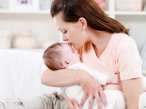 Perché i neonati hanno bisogno di stare in braccio