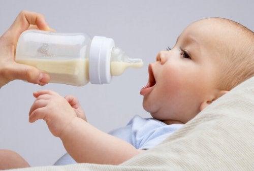 Latte materno e latte artificiale si possono mescolare?