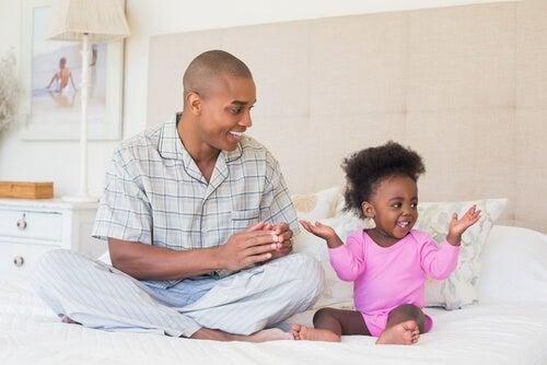 L'amore di un padre che gioca con la figlia.