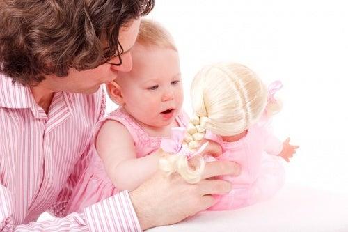 Il papà può venire coinvolto nella cura dei figli in molti modi diversi