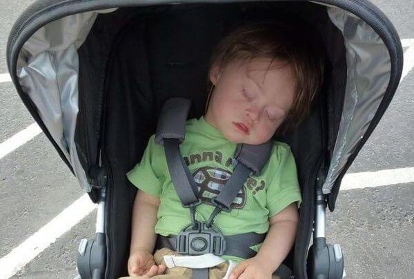 La gente mi critica perché porto ancora mio figlio nel passeggino