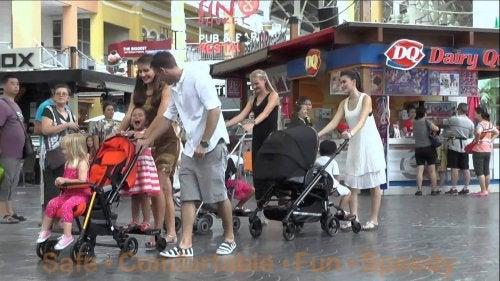 C'è un'età giusta per il passeggino? Famiglie per la strada.