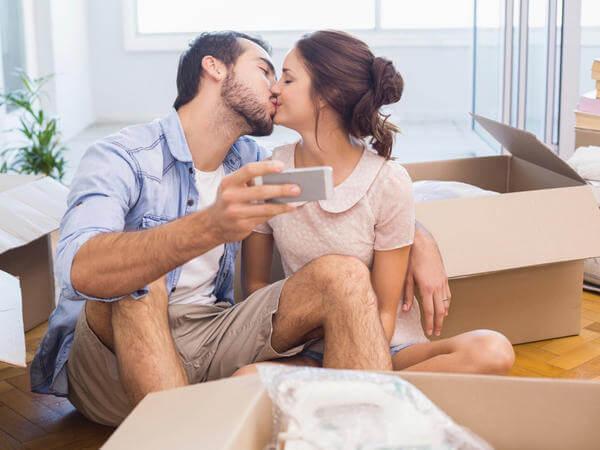 selfie di coppia nella nuova casa