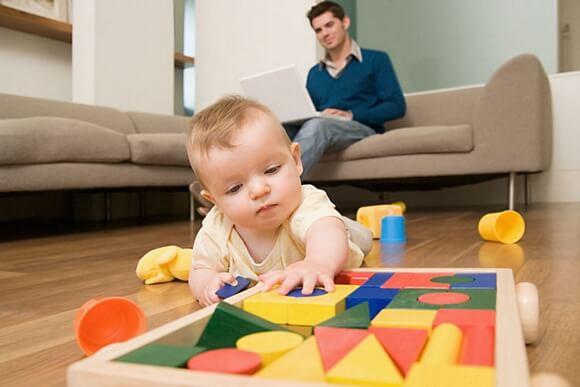 sviluppo sensoriale bimbo che gioca