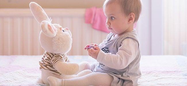 sviluppo sensoriale: bimba che interagisce
