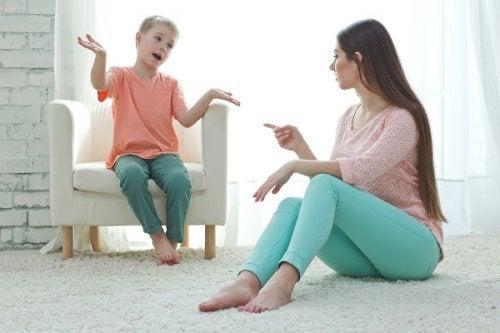 Educare senza urlare: madre e figlio discutono con calma.