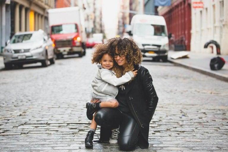 Mamma e bambina abbracciate