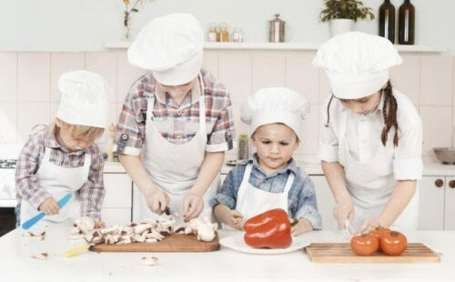 Bambini aiutano in cucina