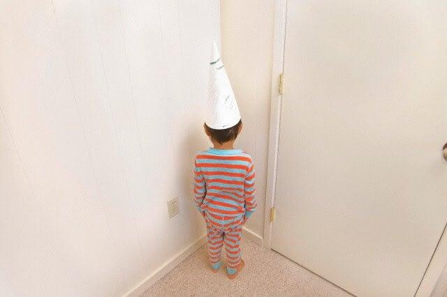 Bambino nell'angolo della riflessione