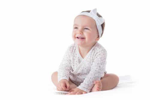 Occhio all'uso delle fasce per capelli sulle neonate!