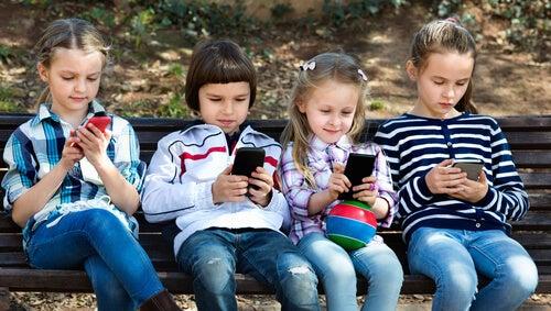 8 motivi per proibire lo smartphone ai minori